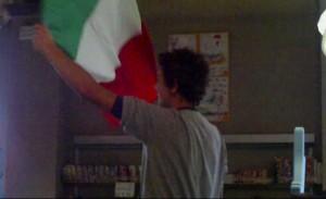 Bandiera Italiana sventolata a ritmo dell'inno
