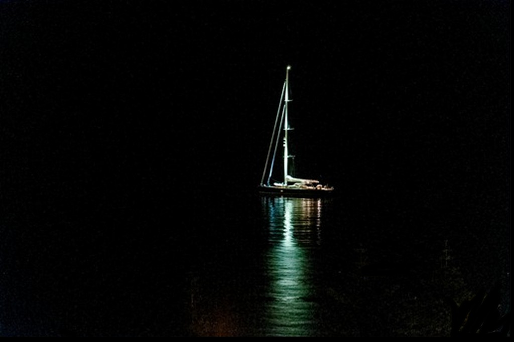 barca-vela-illuminata-nella-notte-2_thumb.jpg